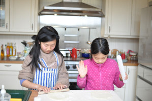 子どももキッチンでお手伝い