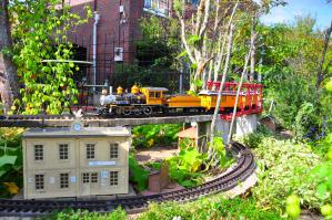 庭に鉄道模型が走るお宅も