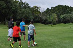 憧れの芝生でサッカー