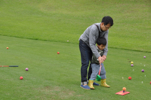パパの手ほどきで初めてのゴルフ