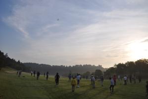 ゴルフ場で早朝ラジオ体操