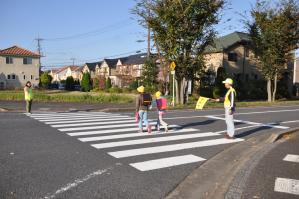 横断歩道ごとにボランティアが立つ